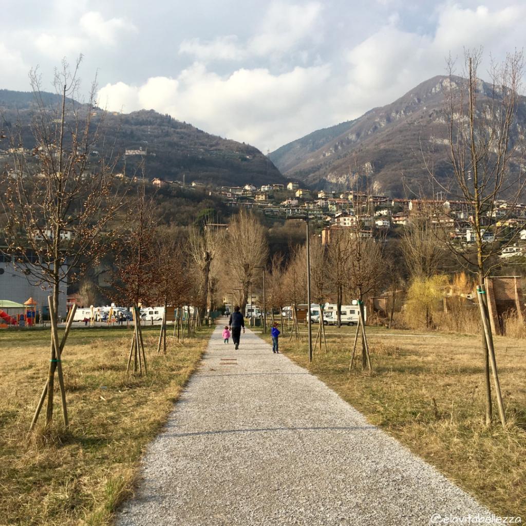 Passeggiata vicino area camper costa volpino a Lovere