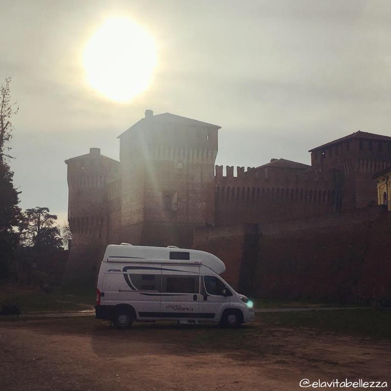 Stella sotto le mura del castello di Soncino al tramonto