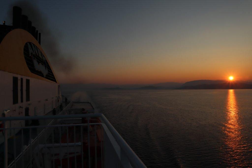 Grecia in libertà, l'alba dal traghetto