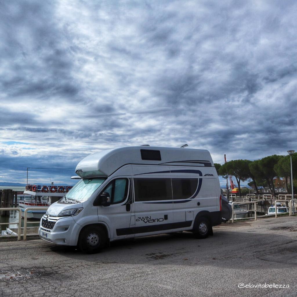 Umbria in camper, parcheggiati sul lago